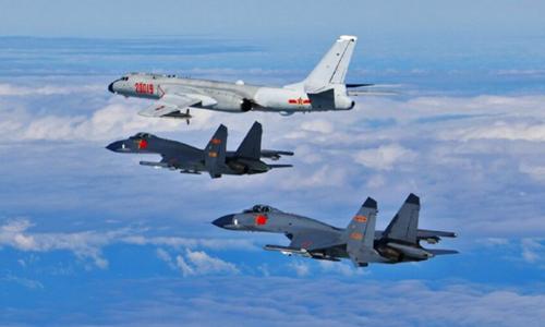 Oanh tạc cơ H-6K và tiêm kích Su-30 Trung Quốc bay trên eo biển Đài Loan. Ảnh: PLA.