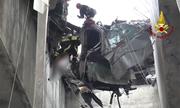 Chàng trai sống sót trong chiếc xe lơ lửng ở độ cao 20 mét giữa cầu sập