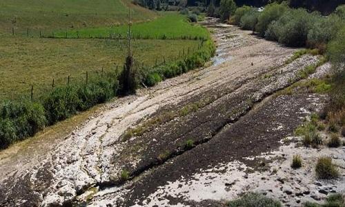 Lòng sông có cấu tạo từ đá vôi rất dễ nứt vỡ. Ảnh: AFP.