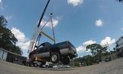 Thử thách dùng keo dính nhấc xe bán tải 2,3 tấn