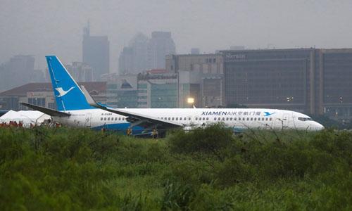Máy bay của Xiamen Air trượt khỏi đường băng ở sân bay quốc tế Ninoy Aquino, Philippines đêm 16/8. Ảnh: Reuters.