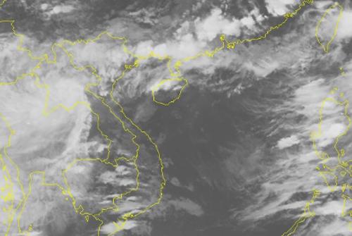 Ảnh mây vệ tinh cho thấy miền Bắc vẫn chịu tác động của dải thấp (dải màu trắng). Ảnh: NCHMF.