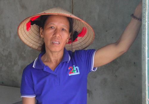 Bà Hoàng Thị Liễu ở Thạnh Lưu có ba con đang học phổ thông. Ảnh:Đức Hùng