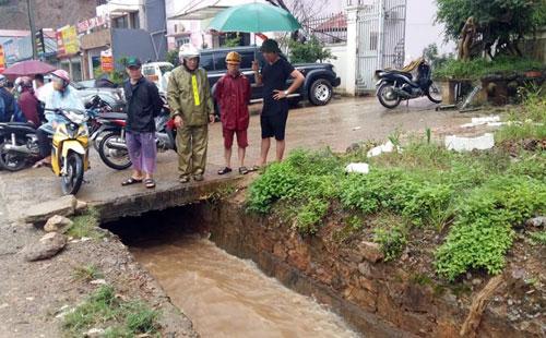 Hiện trường bé trai bị ngã và cuốn vào cống. Ảnh: Dân Việt
