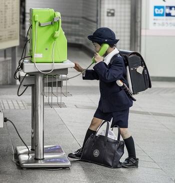 Một học sinh Nhật Bản gọi điện thoại ở ga tàu điện ngầm. Ảnh: Pinterest