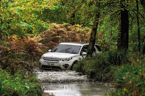 Những chiếc Land Rover có khả năng lội nước vượt trội.