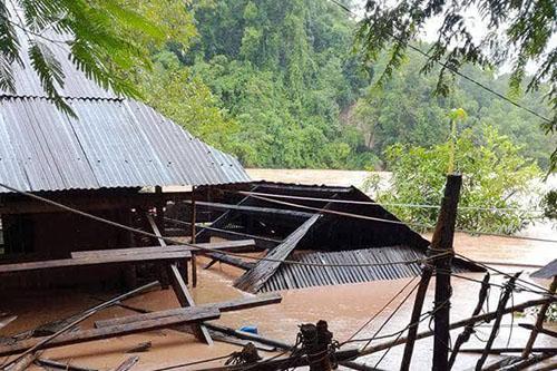 Một nhà ven suối ở huyện Kỳ Sơn bị nước ngập sâu.