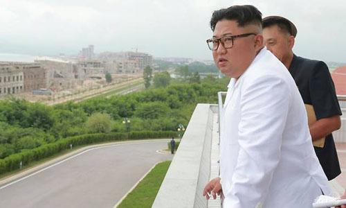 Lãnh đạo Triều Tiên Kim Jong-un trong chuyến thị sát khu du lịch ven biển Wonsan - Kalma đang xây dựng. Ảnh: AFP.