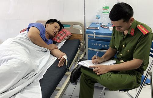 Cảnh sát đến bệnh viện làm việc với giám đốc vận tải, hồi tháng 5. Ảnh: Xuân Ngọc