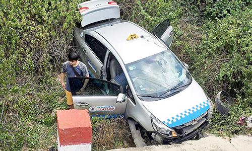 Tài xế cùng ba người khách thoát nạn khi taxi rơi xuống vực trên đèo ở Khánh Hòa. Ảnh: An Phước