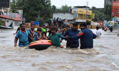 Các tình nguyện viên và lực lượng cứu hộ hôm giúp sơ tán người dân khỏi khu vực ngập lụt ở quận Ernakulam, bang Kerala, Ấn Độ hôm 17/8. Ảnh: AFP.
