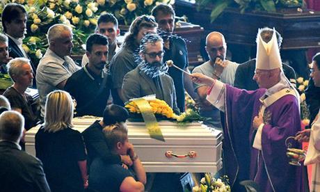 Tổng giám mục Angelo Bagnasco (phải) ban phước cho quan tài trong lễ quốc tang các nạn nhân vụ sập cầu Morandi hôm 18/8. Ảnh: AFP.