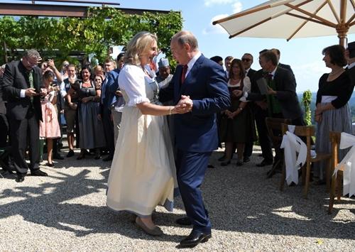 Tổng thống Nga Putin nhảy với Ngoại trưởng ÁoKarin Kneissl ngày 18/8 ởStyria. Ảnh: AFP.