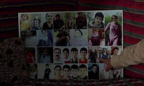 Bố của Ashwaq chỉ tay vào một trong số nhiều người nữa trong gia đình vẫn đang mất tích. Ảnh: BBC.