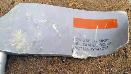 Dòng chữ Dùng trên cánh đuôi bom dẫn đường MK82 trên mảnh kim loại tại hiện trường vụ không kích xe bus chở học sinh ở Yemen hôm 9/8. Ảnh: CNN.