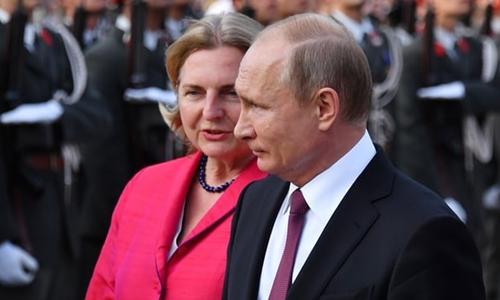 Ngoại trưởng Áo Karin Kneissl (trái) và Tổng thống Putin tại Vienna hồi tháng 6. Ảnh: AFP.