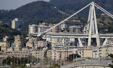 Cầu Morandi ở thành phố Genoa, Italy sau khi một đoạn 200 m sập xuống hôm 14/8. Ảnh: AP.