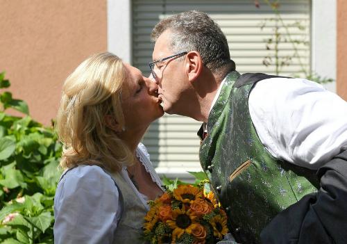 Ngoại trưởngKarin Kneissl và chồngWolfgang Meilinger trong lễ thành hôn ngày 18/8. Ảnh: Reuters.