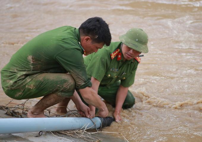 Bùn cao nửa mét sau lũ tại thị trấn ở Nghệ An