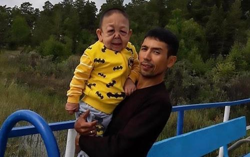 Yernar Alibekov và bố. Ảnh: Central European News.
