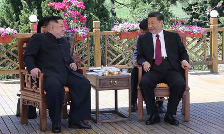 Chủ tịch Trung Quốc Tập Cận Bình (phải) và lãnh đạo Triều Tiên Kim Jong-un trong cuộc gặp tại thành phố Đại Liên, tỉnh Liêu Ninh, Trung Quốc hồi tháng 5. Ảnh: Xinhua.