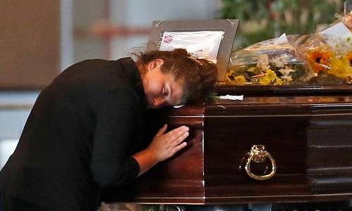 Người thân thương tiếc một nạn nhân trong vụ sập cầu tại Genoa ngày 17/8. Ảnh: AP.
