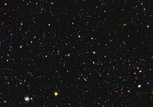 Một phần bức ảnh mới của kính Hubble với hàng nghìn thiên hà. Ảnh: Space.