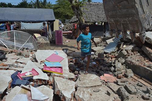 Người dân đảo Lombok, Indonesia, tìm kiếm của cải sót lại hôm 12/8 sau khi nhà cửa bị động đất phá hủy. Ảnh: AFP