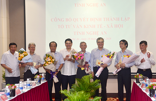Provincial leaders give flowers to congratulate the members of the Consultation Group. Photo: CTV.
