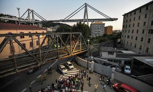 Cầu cao tốc Morandi ở thành phố cảng Genoa, Italy bị sập ngày 14/8. Ảnh: AFP.