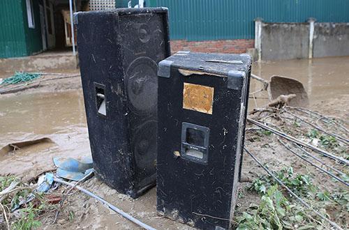 Nhiều vật dụng của các hộ gia đình bị hư hỏng do nước lũ nhấn chìm. Ảnh: Nguyễn Hải.