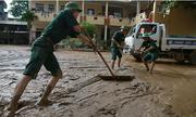 Sau lũ, hàng nghìn người dân Nghệ An tập trung dọn bùn