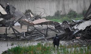 4 thi thể cuối cùng được tìm thấy dưới đống đổ nát của cầu sập ở Italy