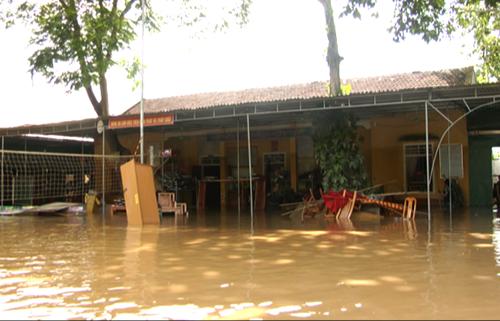 Chiều 19/8, điểm trường THCS Dân tộc Nội trú huyện Con Cuông đang bị nước ngập khoảng 1m. Ảnh: Nguyễn Hải.