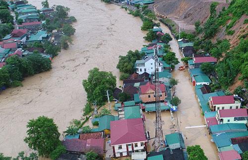Một góc thị trấn Mường Xén lúc bị lũ tràn vào trưa 17/8. Ảnh: Duy Khánh.