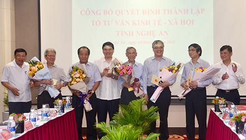 Lãnh đạo tỉnh tặng hoa chúc mừng các thành viên Tổ tư vấn. Ảnh: CTV.
