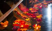 Hàng nghìn người thả đèn hoa đăng trong lễ Vu lan