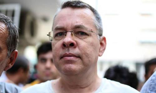 Mục sư người Mỹ Andrew Brunson được đưa từ trại giam về nhà riêng để quản thúc tại gia hôm 25/7. Ảnh: AFP.