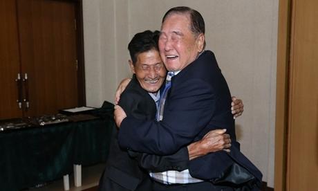 Người Hàn Quốc Ham Sung-chan, 93 tuổi (phải) gặp lại em mình là Ham Dong Chan, 79 tuổi tại núi Kumgang, Triều Tiên ngày 20/8. Ảnh: AFP.
