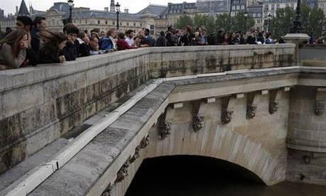Pont Neuf, cây cầu lâu đời nhất bắc qua sông Seine, Paris, Pháp. Ảnh: AP.