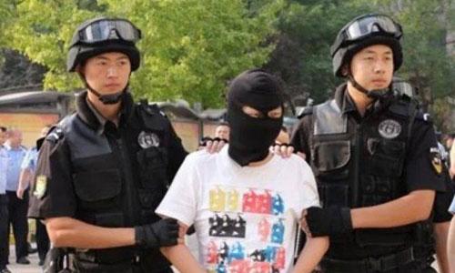 Một nghi phạm bị cảnh sát Trung Quốc bắt giữ hôm 15/8. Ảnh: HSW.
