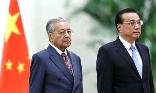 Thủ tướng Malaysia Mahathir Mohamad (trái) và Thủ tướng Trung Quốc Lý Khắc Cường hôm nay dự lễ đón ở Bắc Kinh. Ảnh: Reuters.