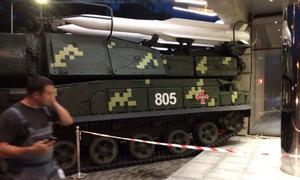Xe chở tên lửa Ukraine mất lái, suýt lao vào đám đông