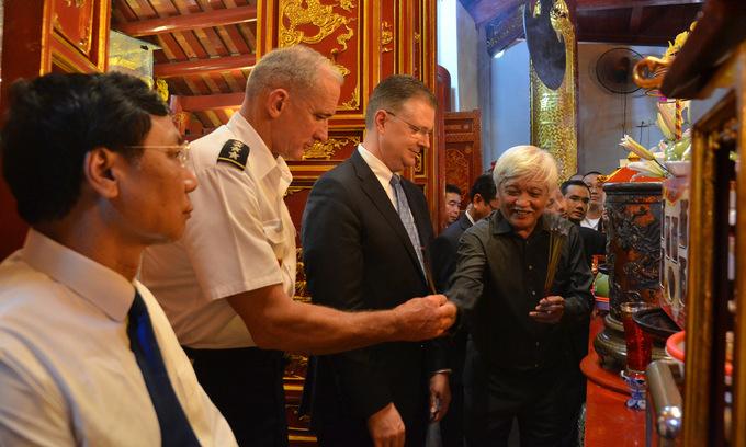 Tư lệnh lục quân Mỹ tại Thái Bình Dương thăm đền Hai Bà Trưng