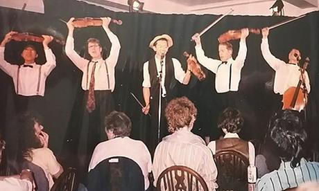 Hưng Lê (giữa) và ban nhạc kiêm nhóm tấu hài biểu diễn ở lễ hội Edinburgh năm 1988. Ảnh: NVCC.