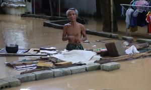 Nước ngập ngang người ở Nghệ An