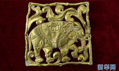 Một cổ vật bằng vàng nằm trong số gần 650 thứ bị đánh cắp ở các ngôi mộ tại Đô Lan, tỉnh Thanh Hải, Trung Quốc. Ảnh: Xinhua