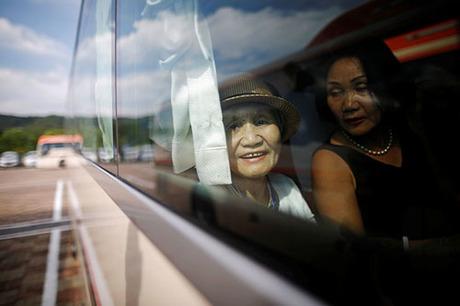 Các thành viên tham gia buổi đoàn tụ xuất phát từ thị trấn ven biển Sockcho, đông bắc Hàn Quốc. Ảnh: Reuters.