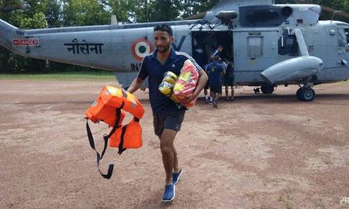 Trực thăng đưa thực phẩm, thuốc và nước uống tới những khu vực bị chia cắt do lũ lụt ở bang Kerala hôm 19/8. Ảnh: AFP.