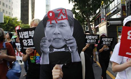 Người biểu tình tập trung ở thủ đô Seoul, Hàn Quốc hôm 18/8 để phản đối phán quyết của tòa án đối với Ahn Hee-jung. Ảnh: Korea Times.